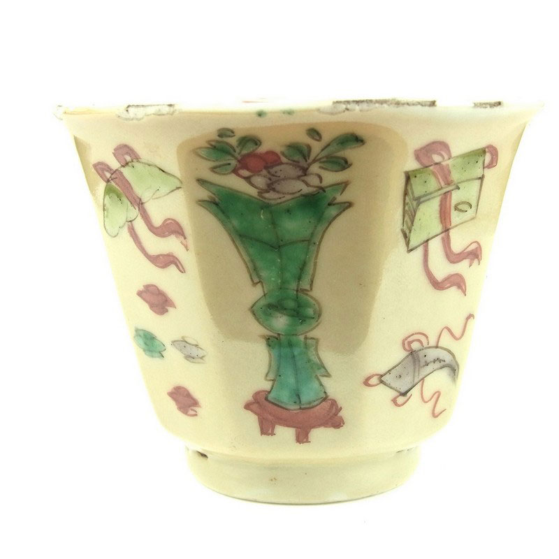 A Chinese famille verte octagonal porcelain cup, Kangxi period (1662 - 1722) - Image 1