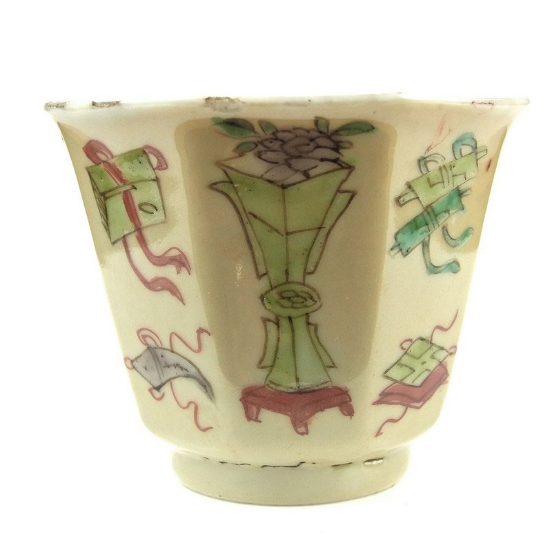 A Chinese famille verte octagonal porcelain cup, Kangxi period (1662 - 1722) - Image 2