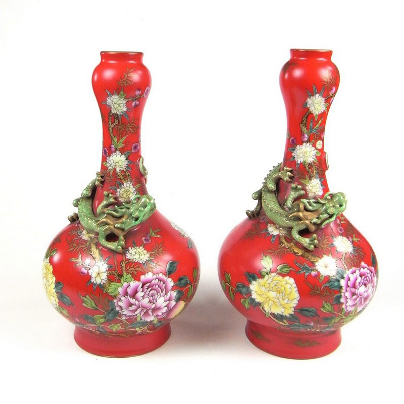 A pair of Chinese finely painted garlic neck bottle vases, 20th century - Image 1